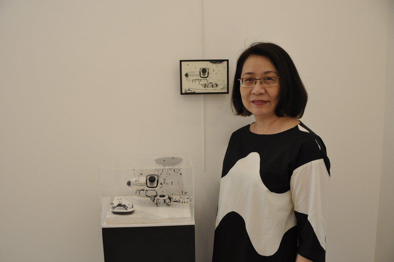 汪玲莉與她的作品。圖/汪玲莉提供