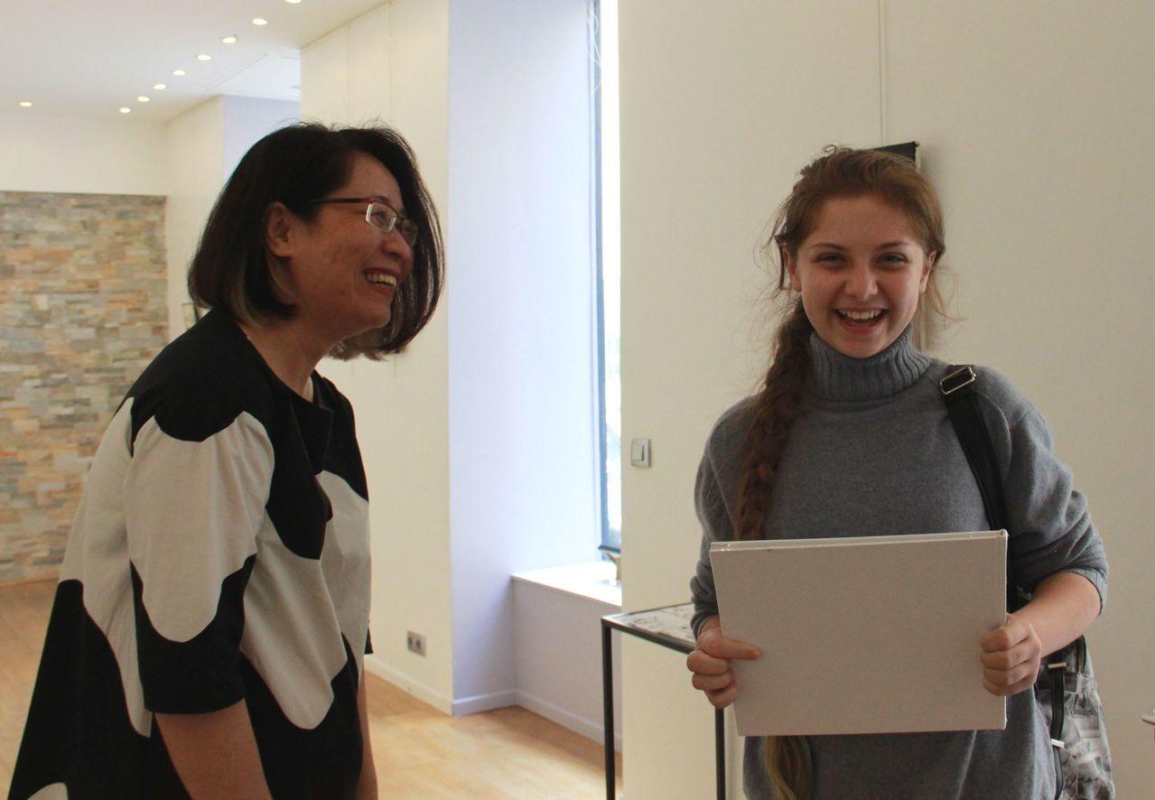 汪玲莉在巴黎的個展,吸引一名英國女孩流連忘返,想買作品集送給母親當生日禮物,汪大...