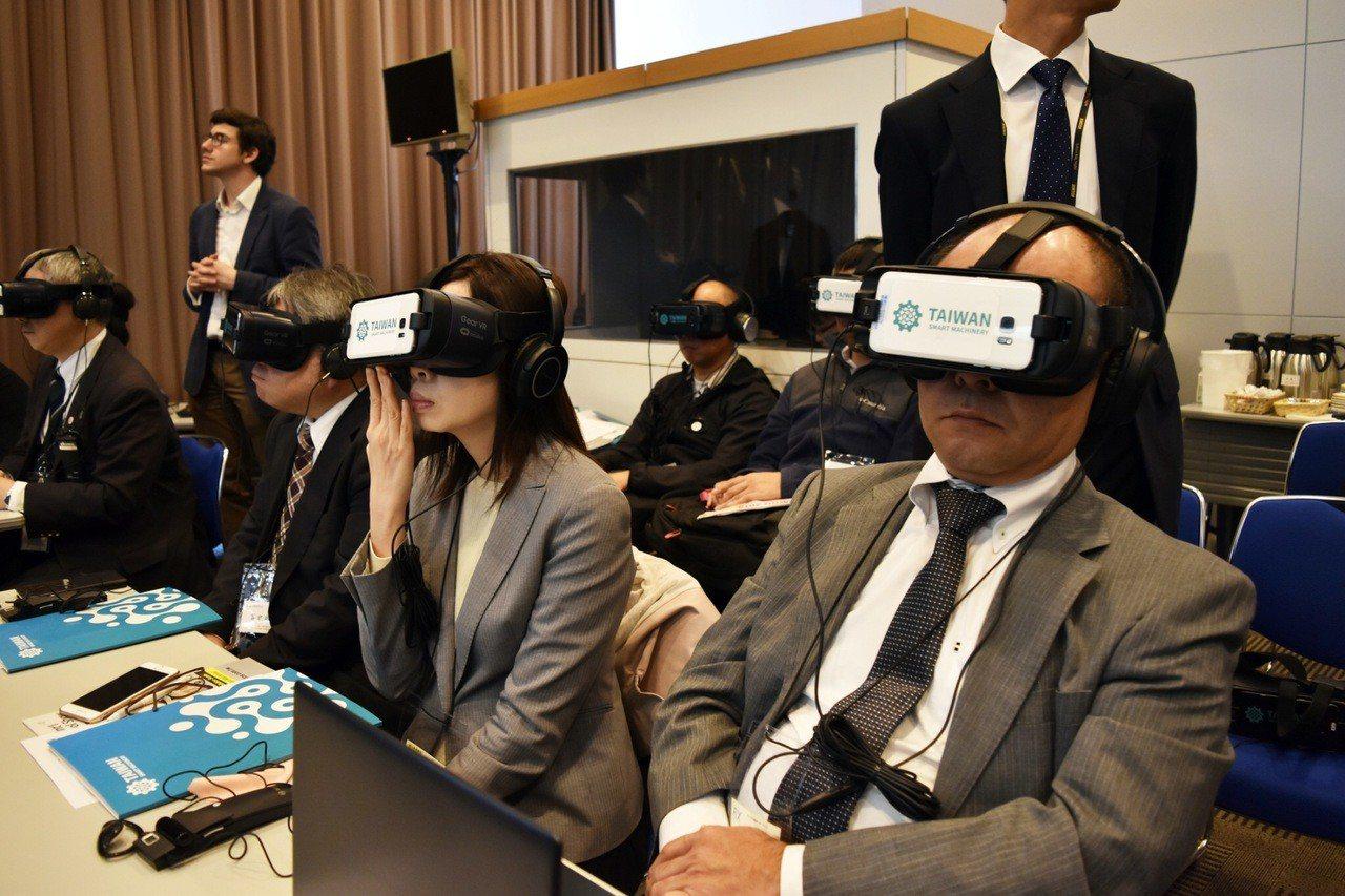 記者聚精會神體驗臺灣智慧機械VR影片(貿協提供)