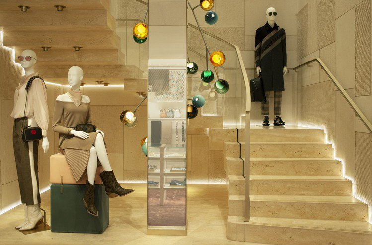 巴塞隆納精品店的裝飾,是使用鋼製軸承結構所打造的彩色玻璃吊燈。圖/FENDI提供