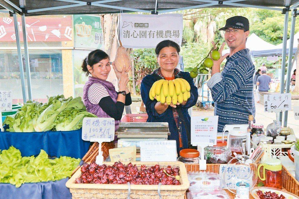 在旁協助的農業社會企業「台北市文化探索協會」負責人黃俊誠(右)奉獻假日給農友,4...
