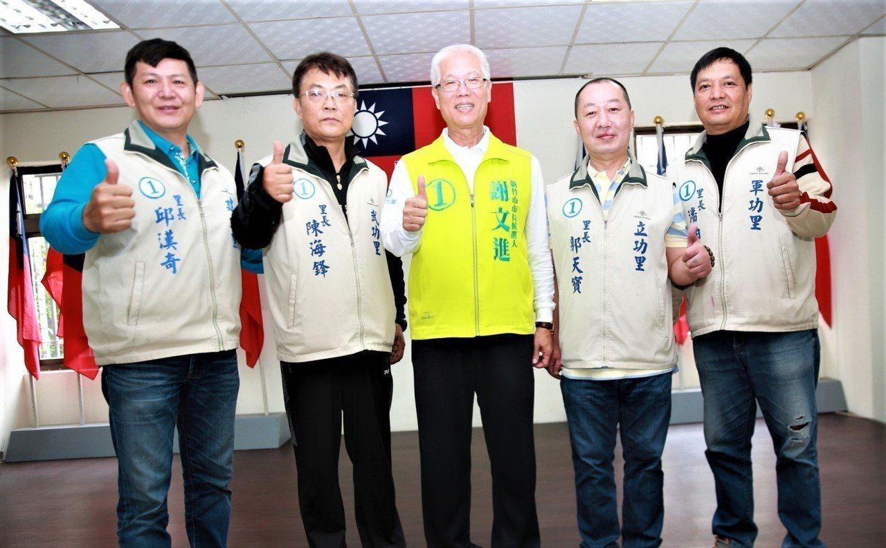 無黨籍新竹市長候選人謝文進連日在眷村拜票,與另外4位也是抽中籤號1號的里長候選人...