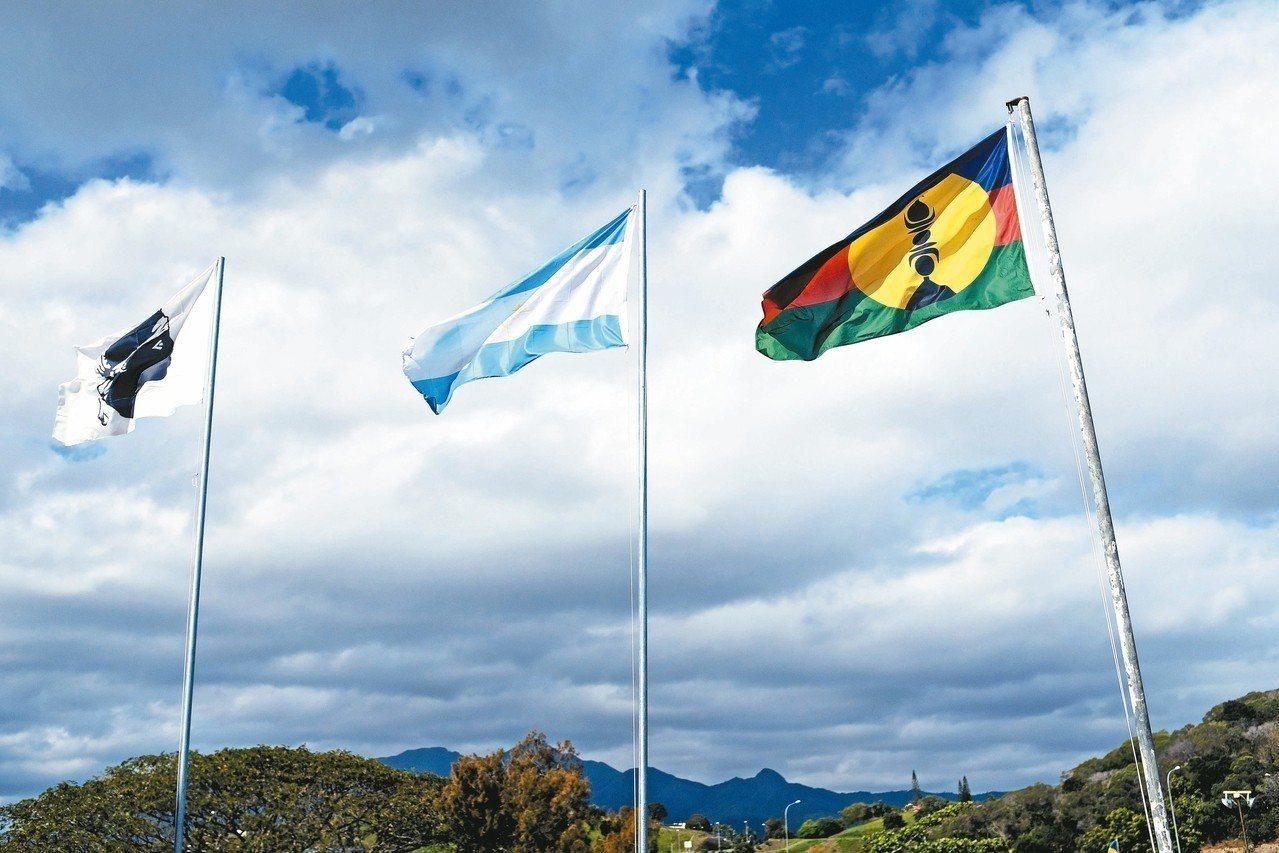 新喀里多尼亞今天舉辦獨立公投,首都努美阿市區矗立支持科西嘉島(左起)、大溪地及新...