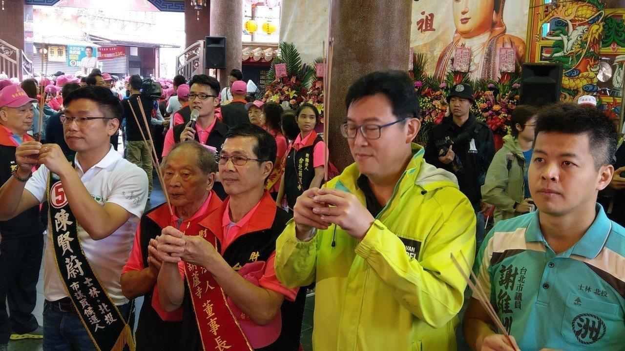 民進黨台北市長候選人姚文智上香。 圖/聯合報系資料照片
