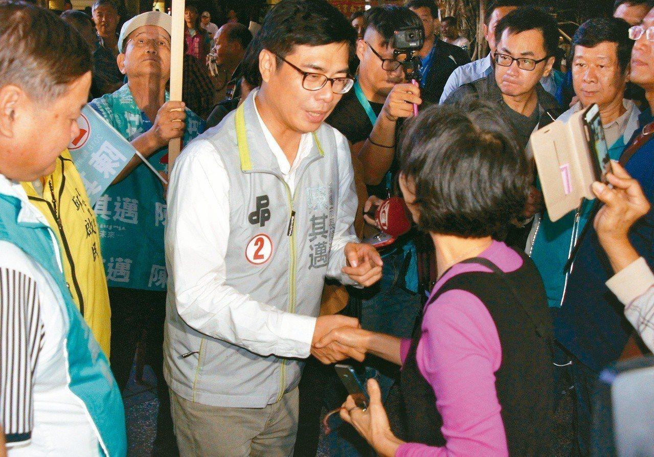 民進黨高雄市長候選人陳其邁(中)昨晚在造勢大會,與民眾握手寒暄。 記者林保光/攝...