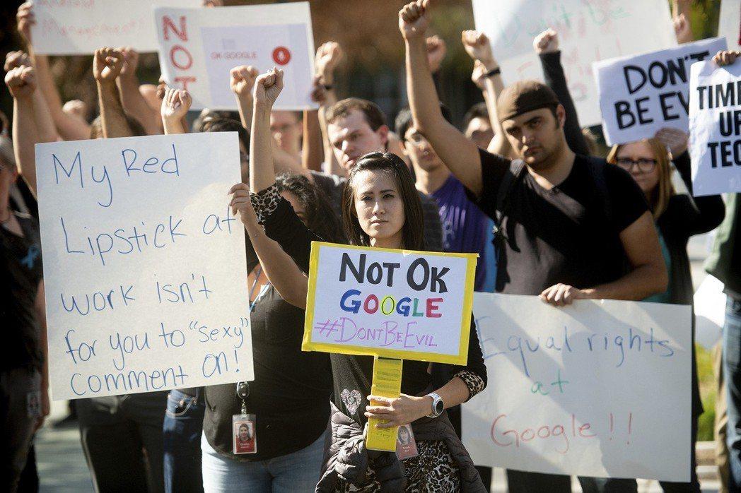 圖為在加州響應串連罷工行動的谷歌員工。 美聯社