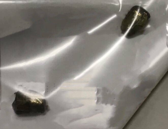 技師在車內所發現的疑似金屬碎片,警方正進一步調查。記者巫鴻瑋/翻攝
