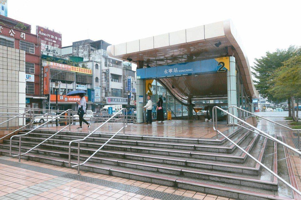捷運永寧站接近北二高跟環河、65快速道路,交通方便。 記者葉信菉/攝影