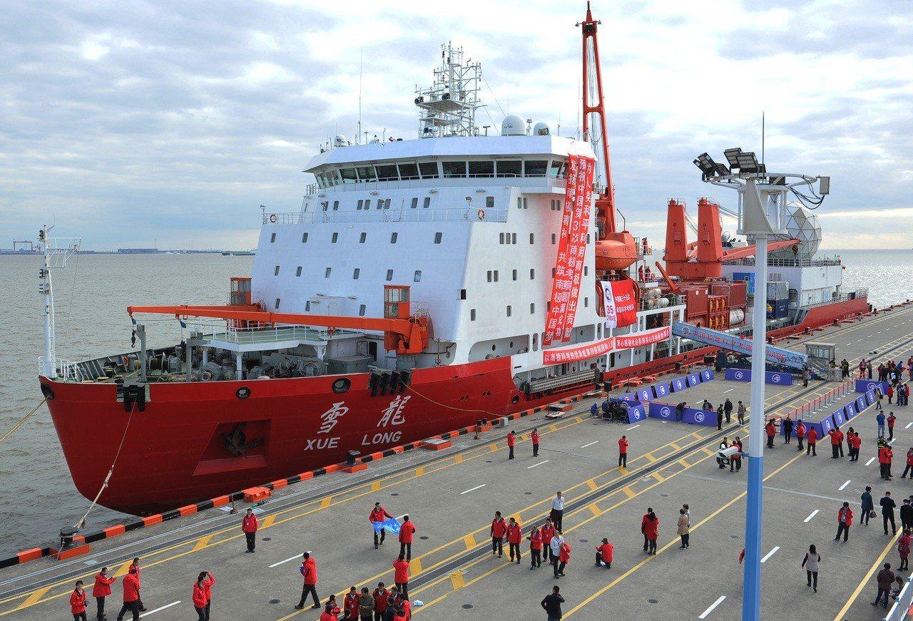 「雪龍」號極地科學考察破冰船昨日10時10分,駛出位於上海的極地考察國內基地碼頭...
