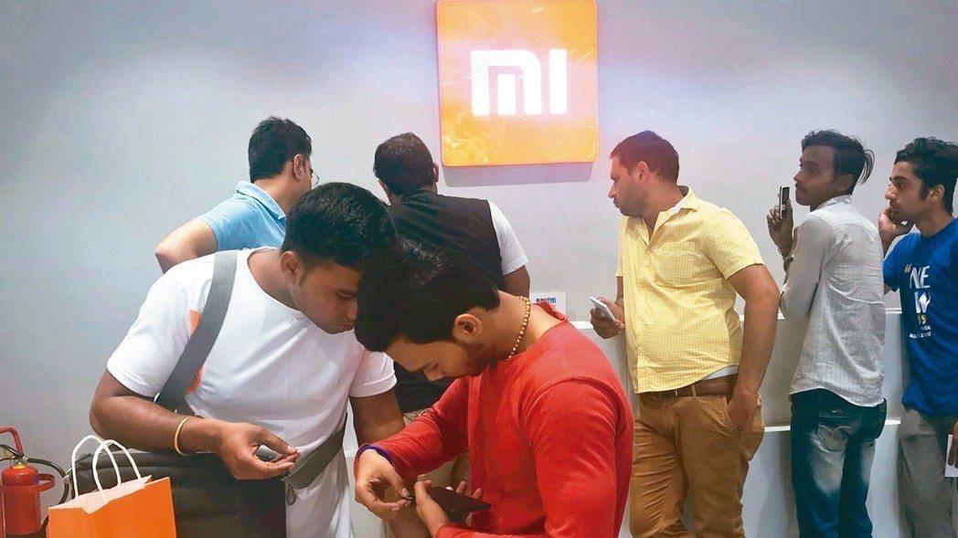 根據研調報告,小米在印度手機市場蟬聯拿下冠軍寶座。圖為印度新德里市區的「手機城」...