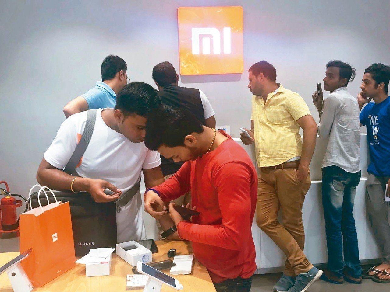 根據研調報告,小米在印度手機市場蟬聯冠軍寶座。圖為印度新德里市區的「手機城」內的...