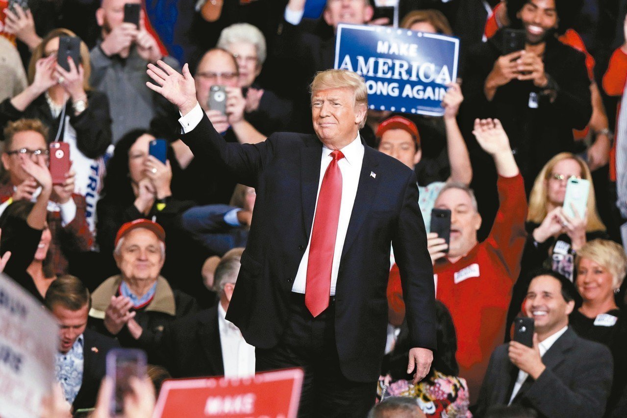 分析師認為,美國總統川普對中國貿易戰態度軟化是一種競選招術,圖為川普2日在印地安...