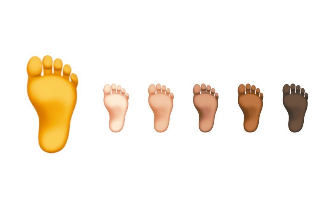 網友砲轟蘋果黑色腳底板的圖案。 圖/取自Emojipedia推特