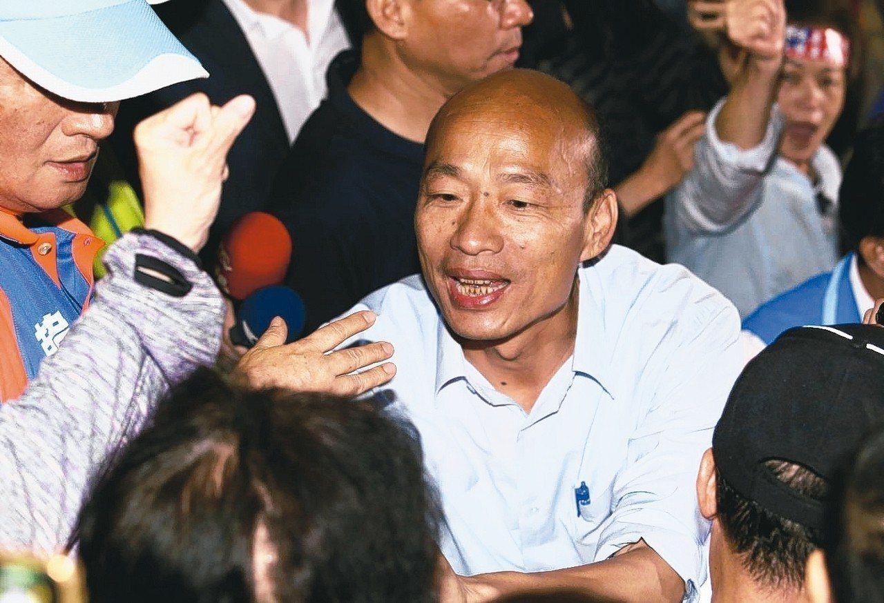 國民黨高雄市長候選人韓國瑜所到之處,常吸引大批韓粉追隨。 記者劉學聖/攝影