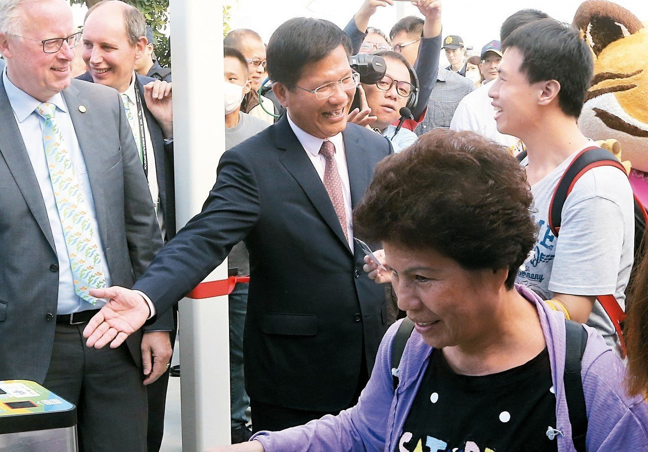 台中市長林佳龍(中)前往后里森林園區出席開幕式後,與入場民眾擊掌致意。 記者黃仲...