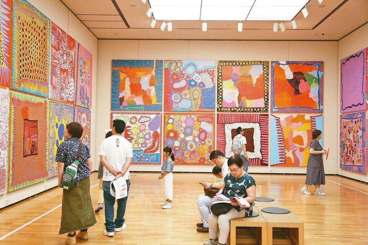 圖為日本松本市立美術館內,草間彌生個展繪畫作品─All about Love。聯...