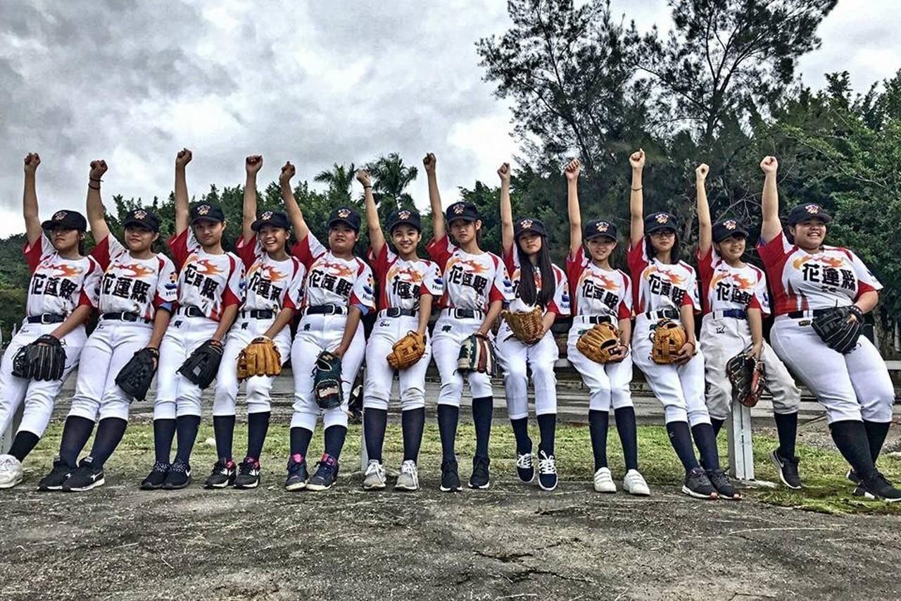 107學年度棒球聯賽國中軟式組首度舉行「女子組」賽事,並特別安排女性裁判員,總計...