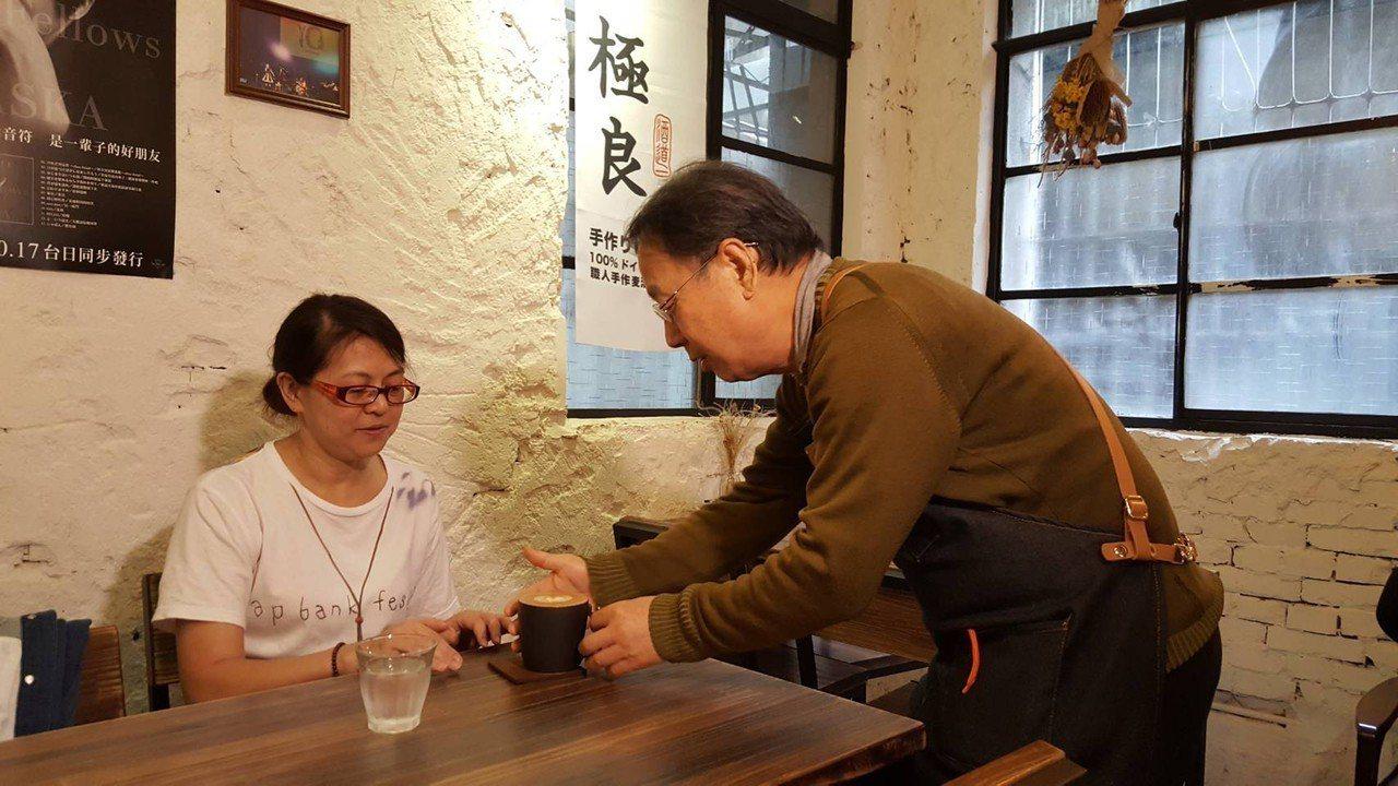 罹患輕度失智症的張宏成(右)目前在羊毛與花咖啡館中工作,不僅和同事相處融洽,也很...
