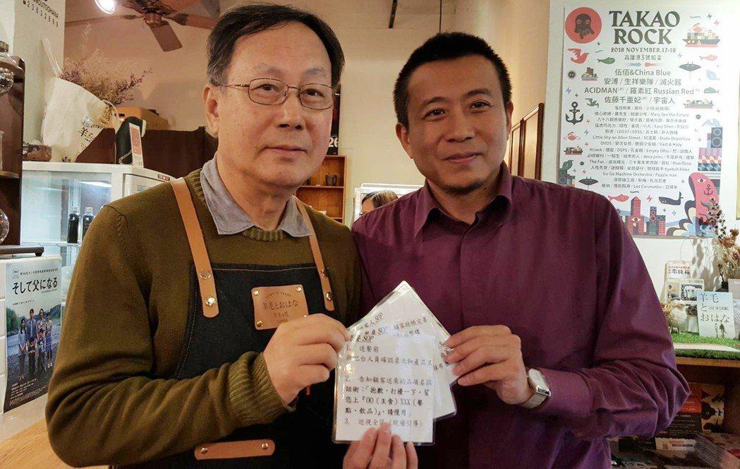 罹患輕度失智症的張宏成(左)重回職場,目前在咖啡館擔任店員,職能治療師柯宏勳(右...