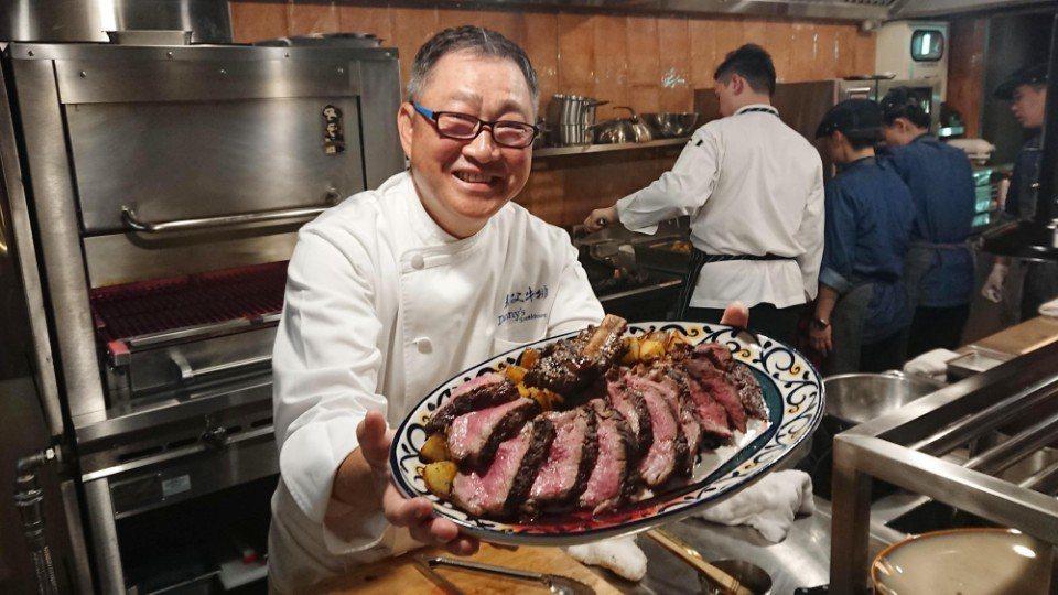 鄧有癸師傅結合多元牛肉部位烹製牛排,親自端出一整盤比臉還要大上數倍,適合4個人歡...