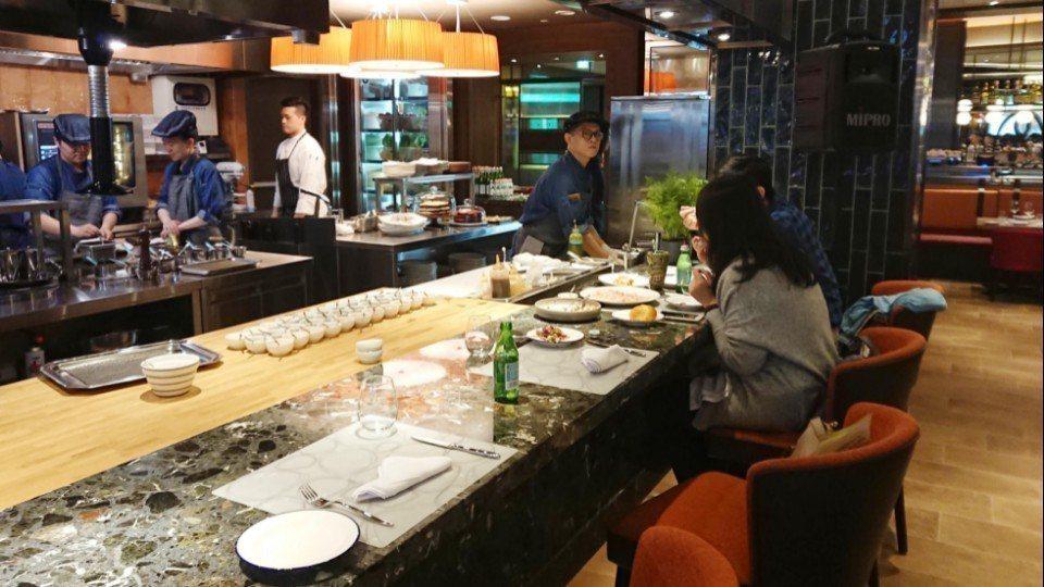 餐廳正中間設置12個板前座位區,讓用餐客人不只是親眼欣賞整個料理過程,並能與主廚...