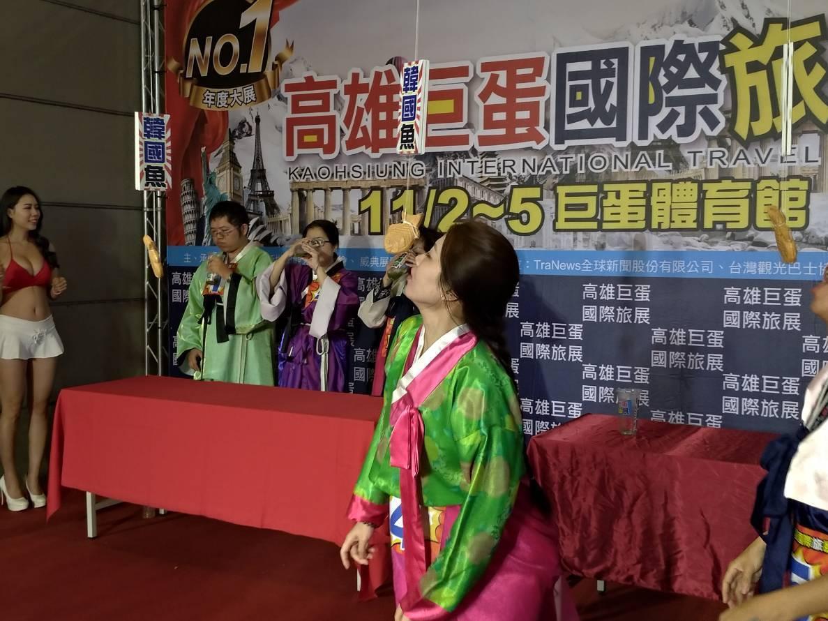 高雄巨蛋旅展今天登場,搭上選舉議題,旅展在首日推出「韓國魚」吃魚大賽,成功吸睛。...