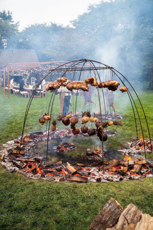 婚禮預演晚宴特別邀來阿根廷名廚獻上火烤料理。圖/摘自Goop