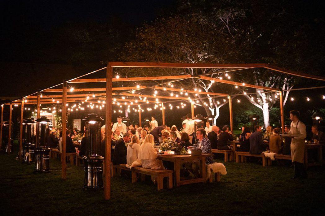 一群來賓參加婚禮預演晚宴,氣氛溫馨。圖/摘自Goop