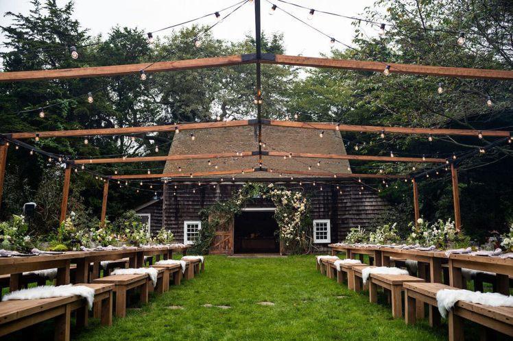 婚禮預演宴席的會場,布置頗具巧思。圖/摘自Goop