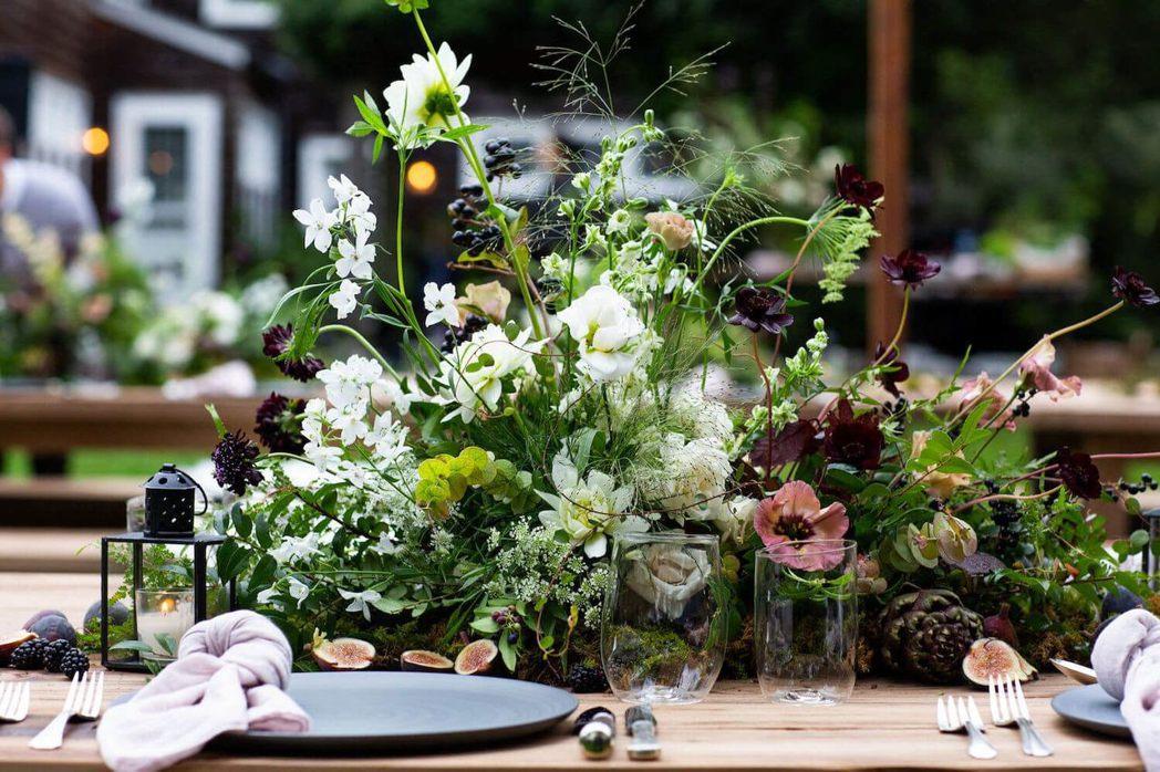 紐約花藝名家設計的餐桌花飾,雅致奪目。圖/摘自Goop