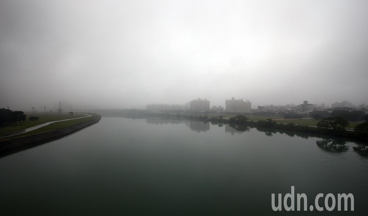 中央氣象局今天清晨發布濃霧特報。聯合報系資料照/記者杜建重攝影