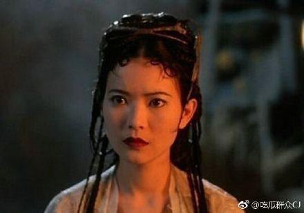 曾在「大話西遊」以「蜘蛛精」一角揚名全華人圈的藍潔瑛,今日驚傳在赤柱馬坑邨良馬樓暴斃身亡,終年55歲,她生前曾自爆遭到兩位影壇大哥性侵,她當時還露出左手的割腕痕跡,表明曾被兩名男子性侵,其中一人已經...