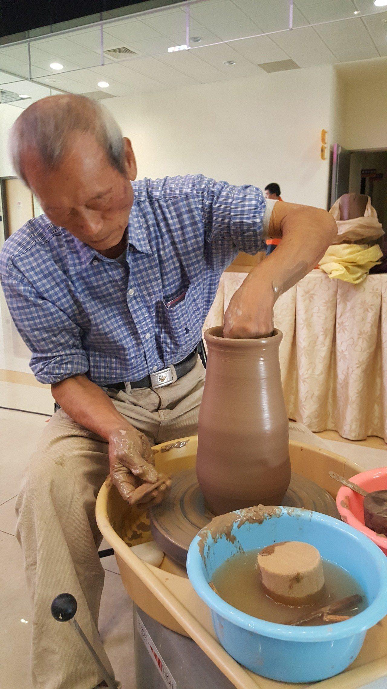 83歲老陶師賴復歡現場創作示範。記者胡蓬生/攝影