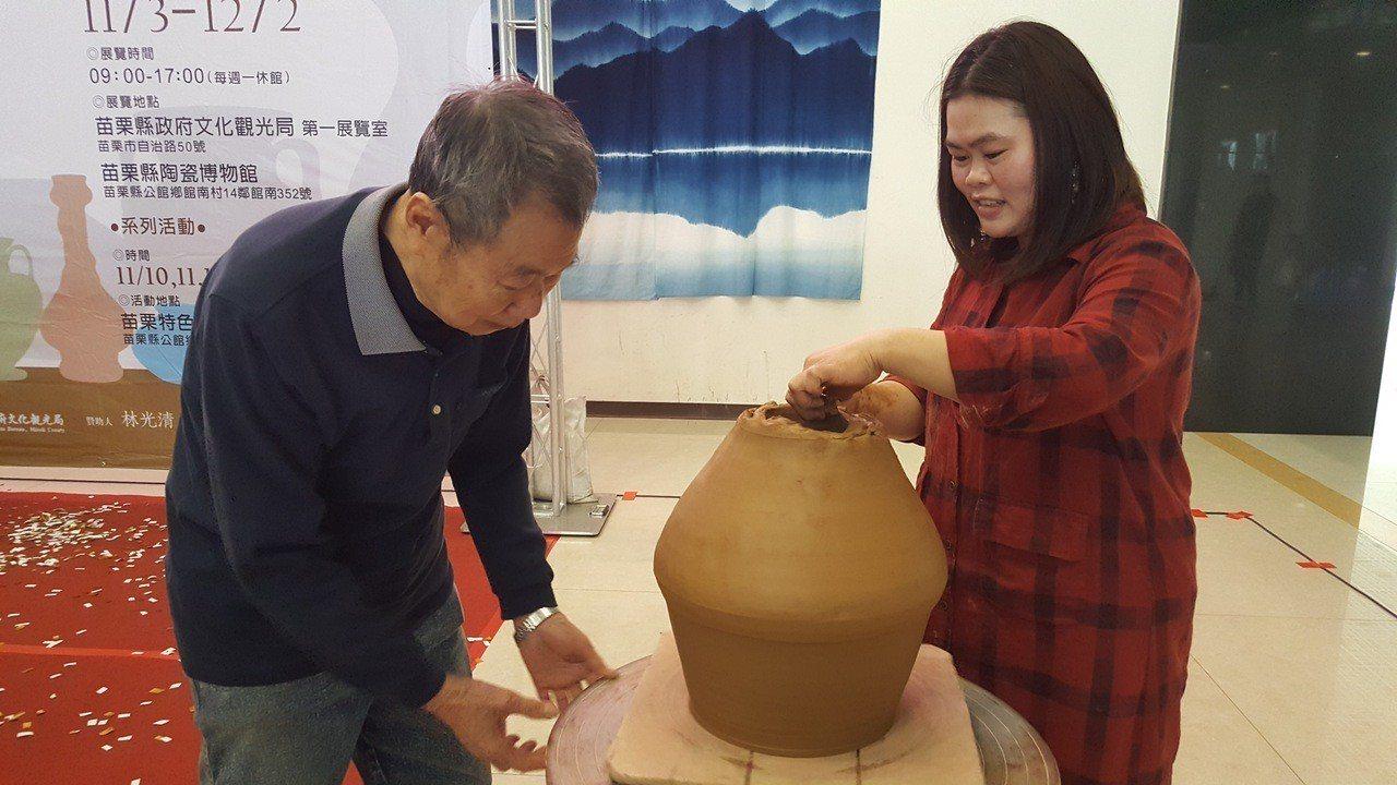 老陶師謝發章和印尼新住民媳婦鍾細霞展現手擠坏的陶藝技巧。記者胡蓬生/攝影