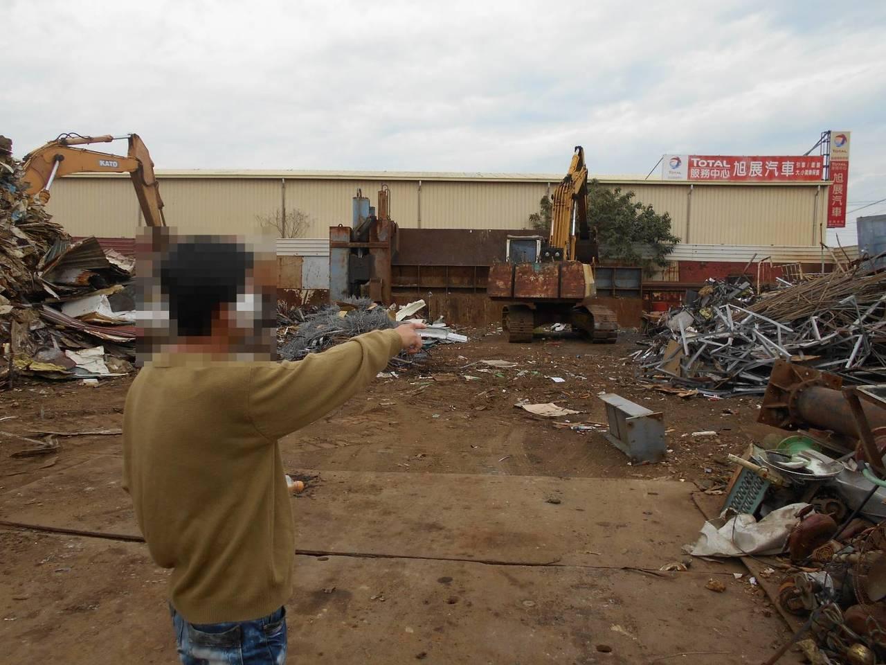 張嫌將道路護欄、安全防護錏管當廢鐵賣資源回收廠。記者卜敏正/翻攝