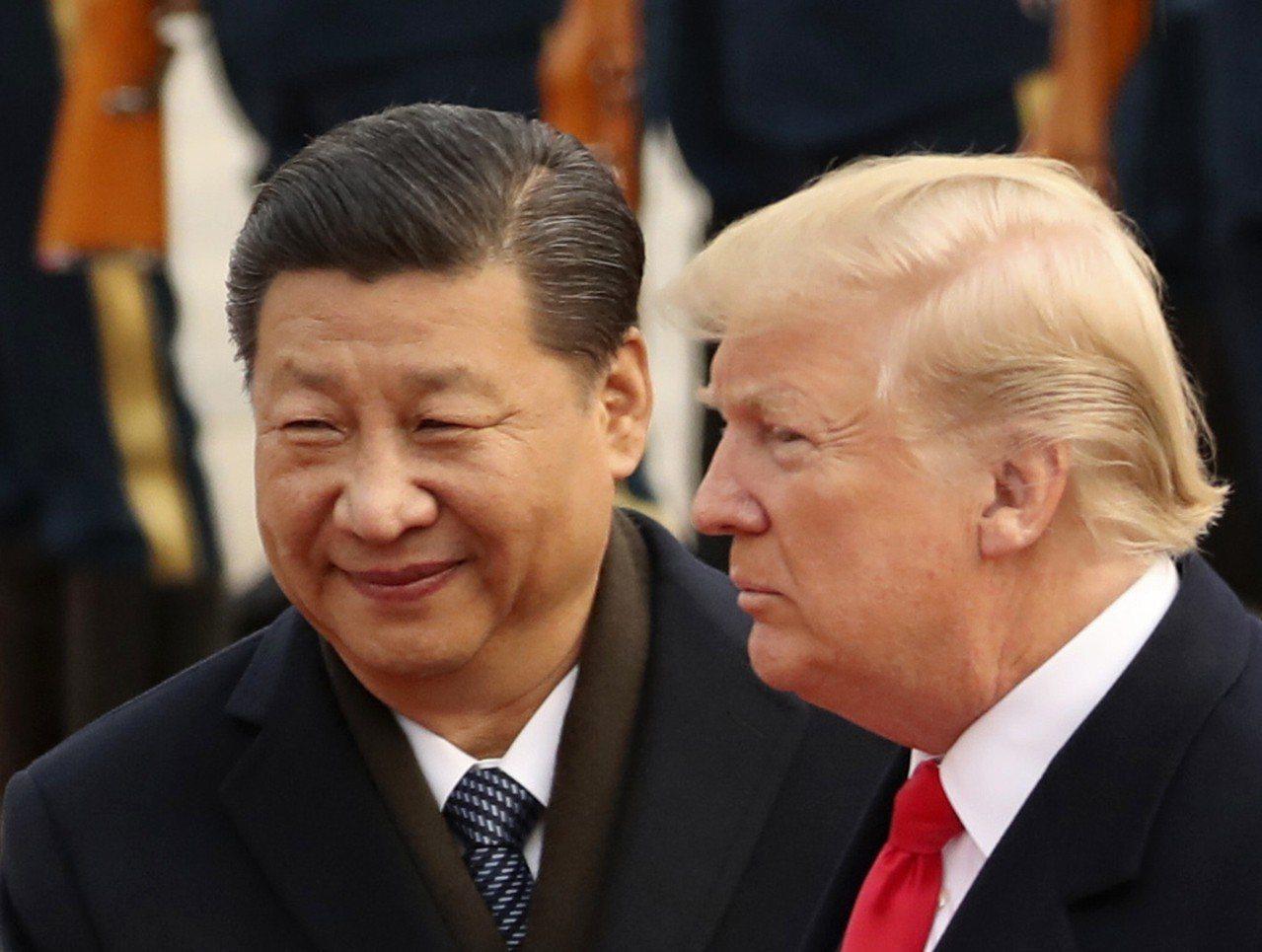美國總統川普(右)表示他想要在本月底的G20高峰會上與大陸國家主席習近平達成貿易...