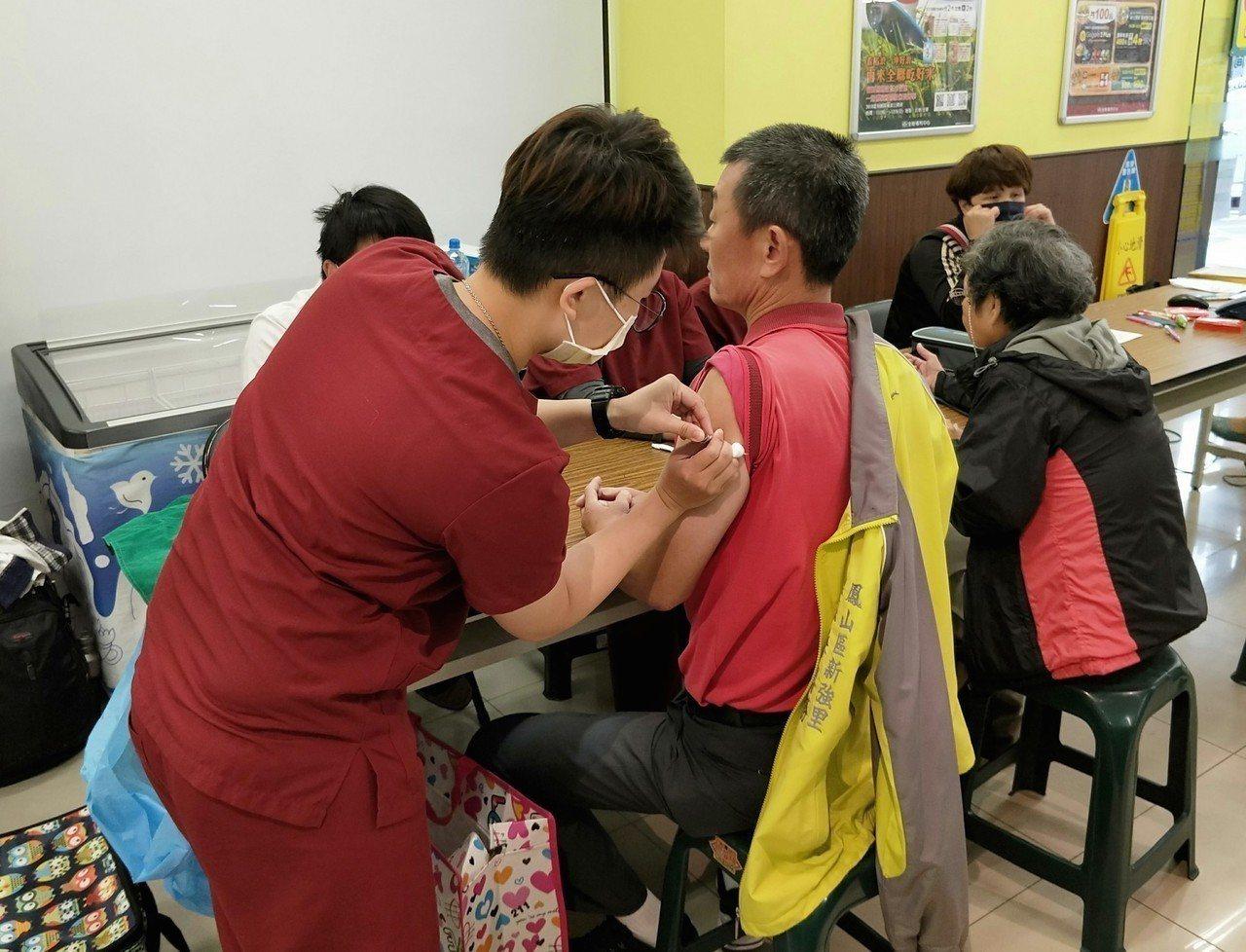 高雄符合接種資格的民眾到全聯接種流感疫苗,每天前100名可領奇異果等元氣好禮。圖...