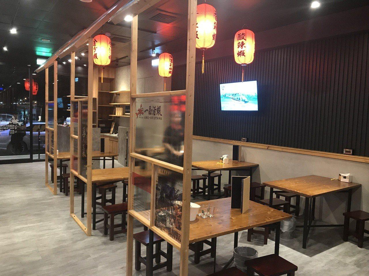 為重現八〇年代台式活蝦居酒屋,一品活蝦桃園店內裝跳脫以往活蝦餐廳風格,以質感佈景...