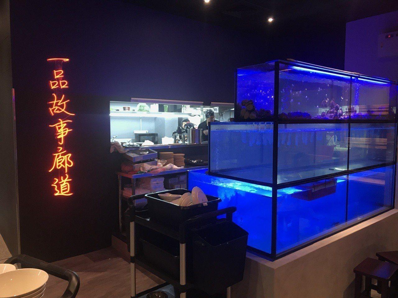 一品活蝦桃園店,店內隨處可見創辦人蕭文明創業故事。記者許政榆/攝影