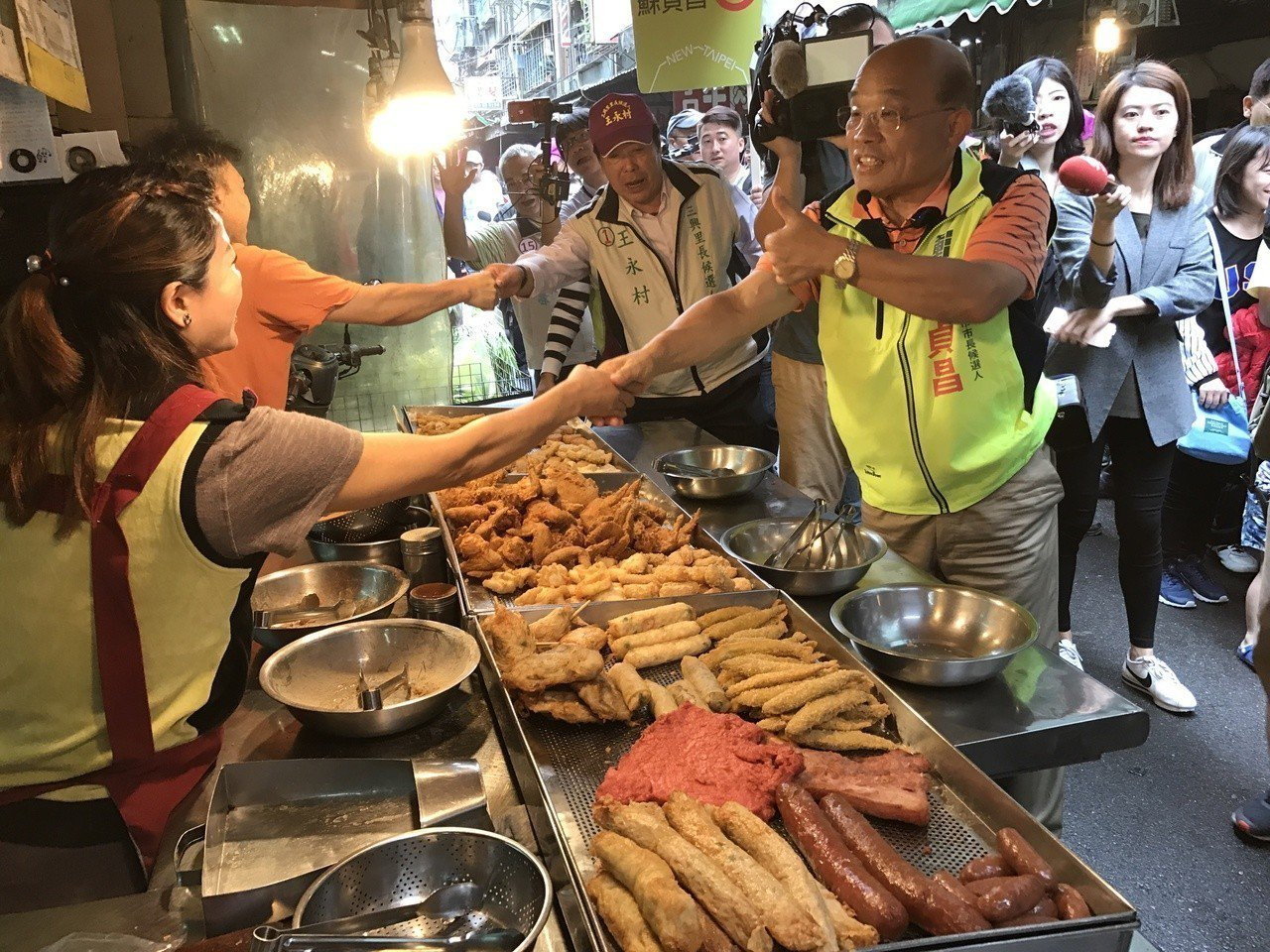 民進黨新北市長候選人蘇貞昌上午到樹林三興市場掃街拜票。記者陳珮琦/攝影