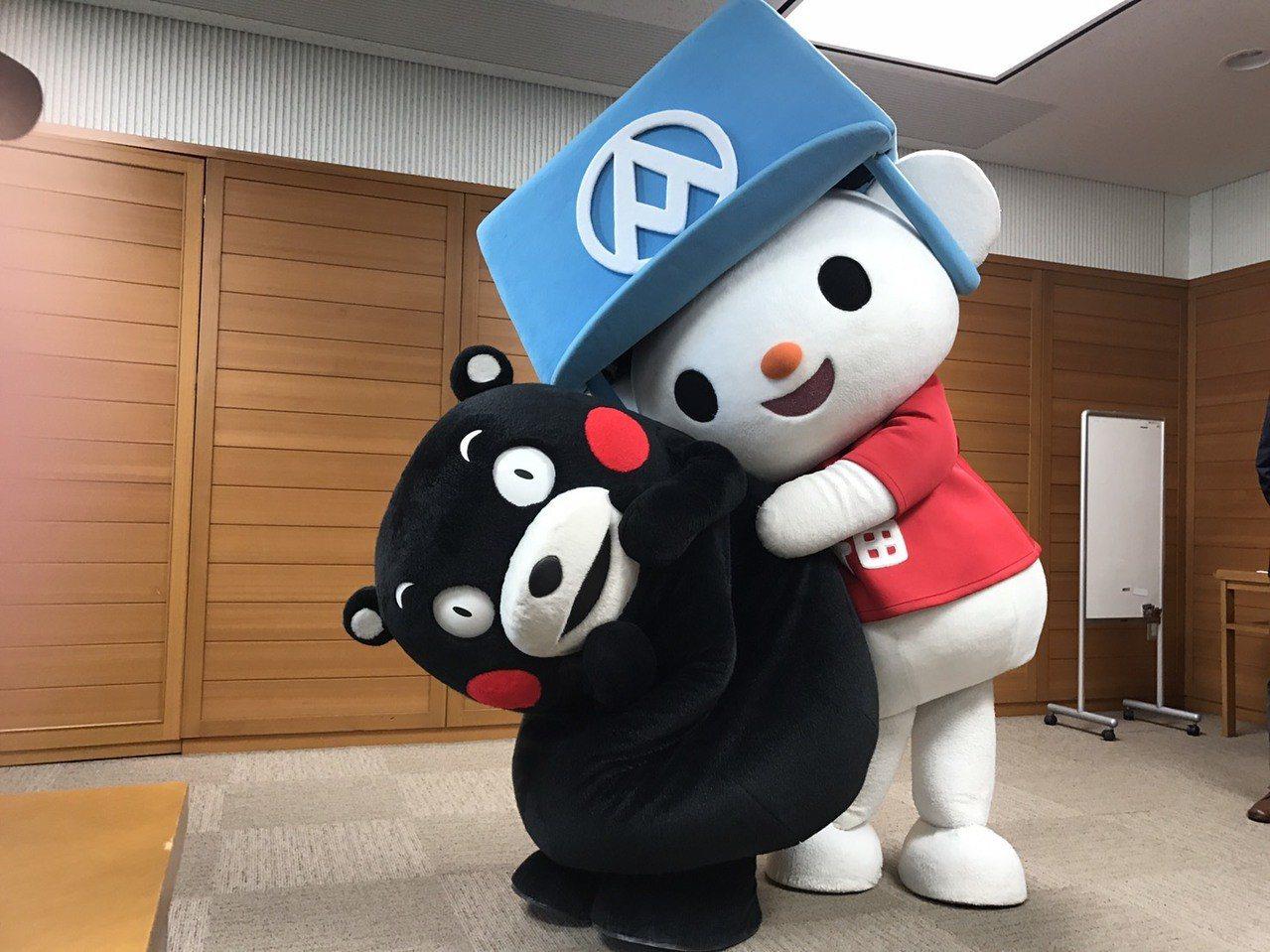 第一次見面,全聯福利熊和熊本熊就玩開了。 記者葉卉軒/攝影