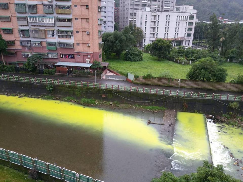 青潭溪變成螢光河,居民罵太誇張了。圖/王姓居民提供