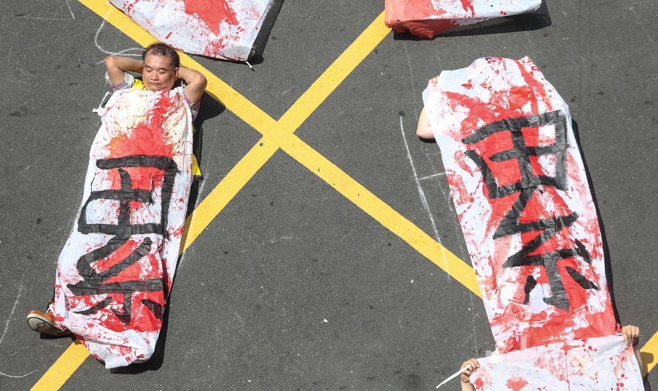 桃園市空服員職業工會與2016工鬥等團體一起抗議。聯合報系資料照