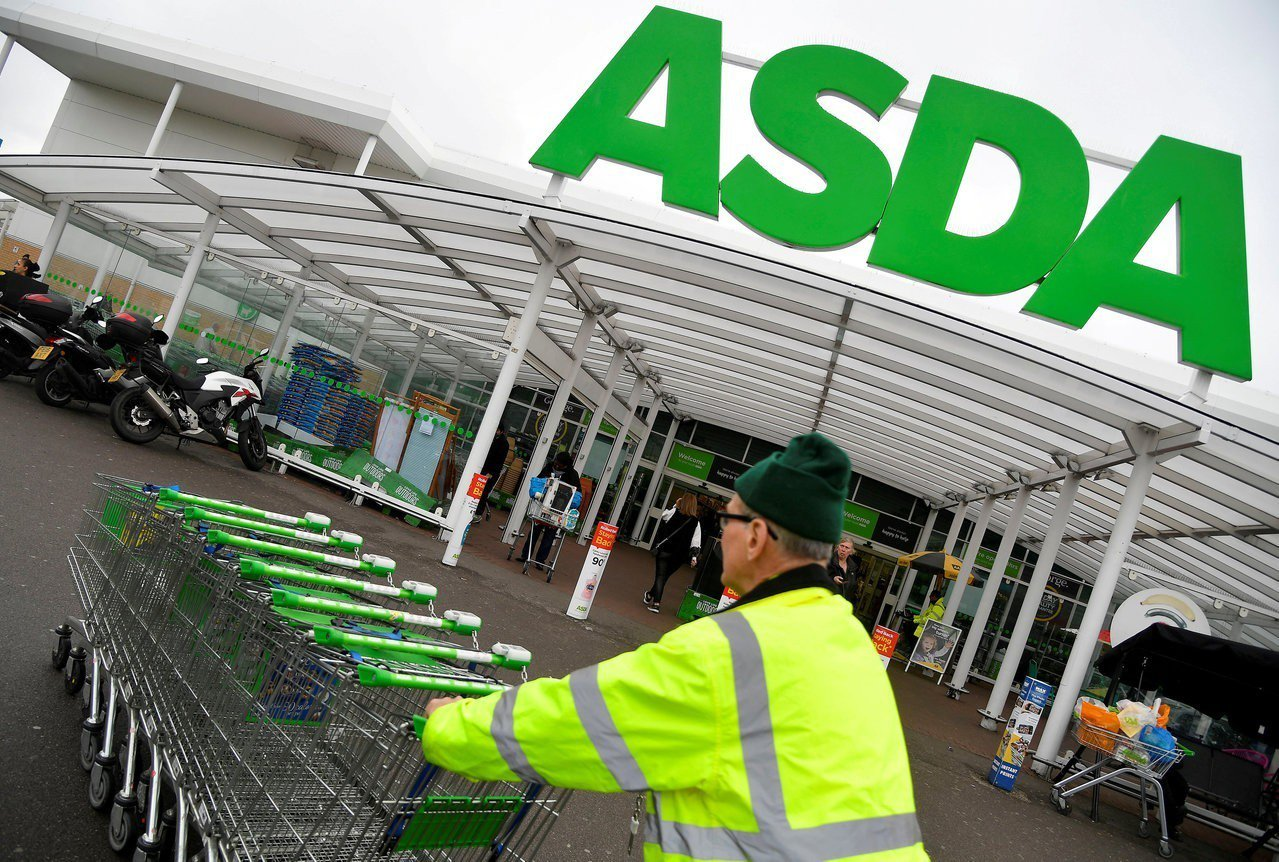 倫敦一家ASDA超市員工將購物車歸位。路透