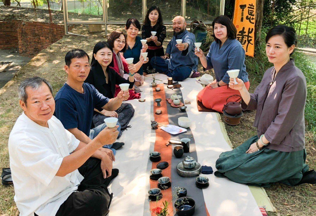 台南市茶藝促進會連續15年在赤崁樓舉辦夕照茶會,成為茶界和藝文界的年度盛事,今年...