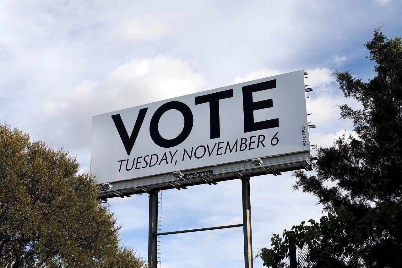 美國德州達拉斯1日豎起提醒選民今年期中選舉投票日的大型看板。媒體與民調目前預期民...