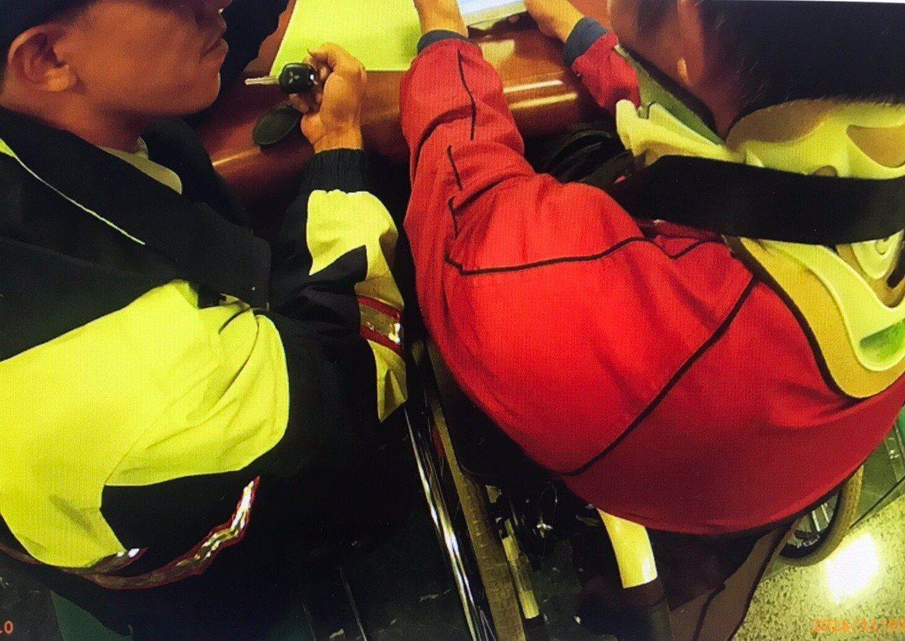 基隆市一名行動不便坐輪椅中年男子,想要幫人卻差點被騙。圖/警方提供