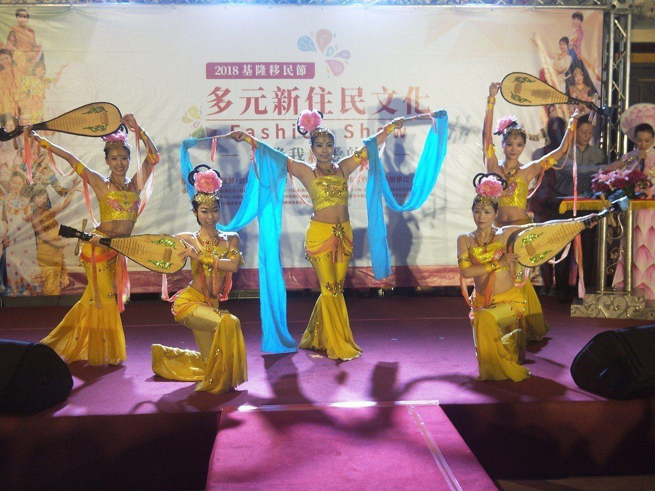 各國精采的傳統服飾走秀、特色舞蹈表演等都讓台下的民眾看得目不暇給。記者游明煌/攝...