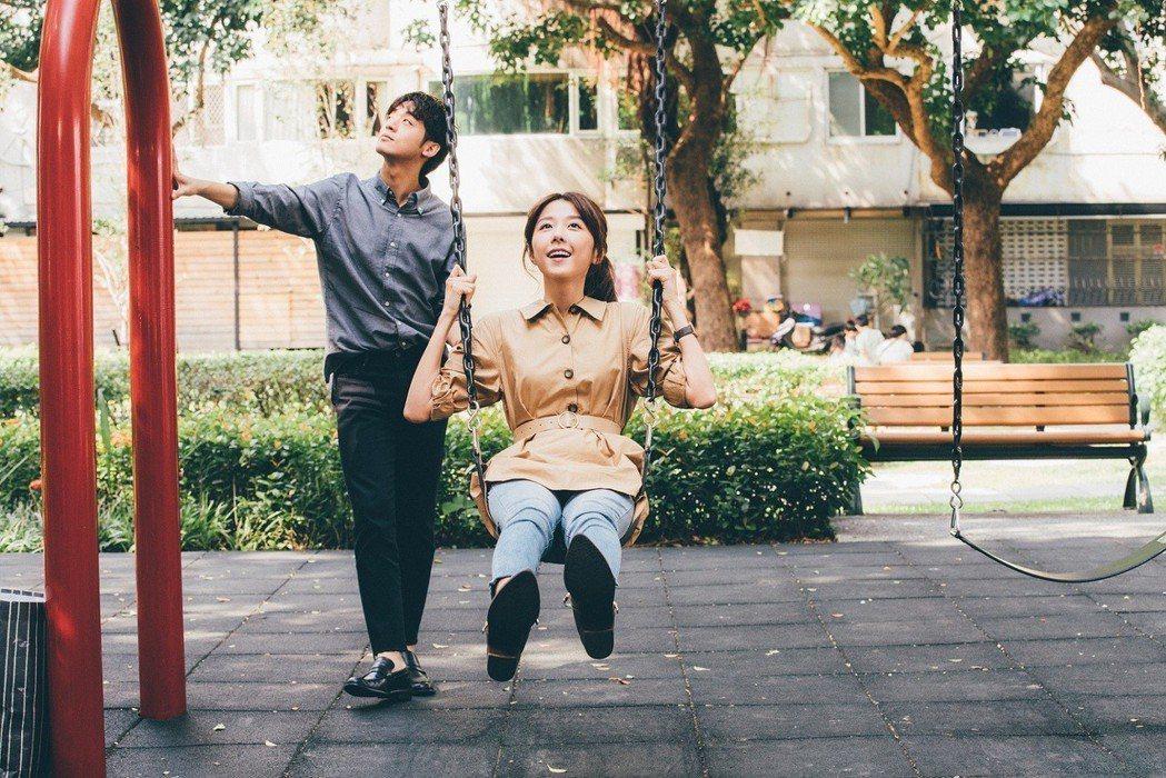 邵雨薇、吳思賢到公園盪鞦韆,畫面浪漫。圖/東森提供