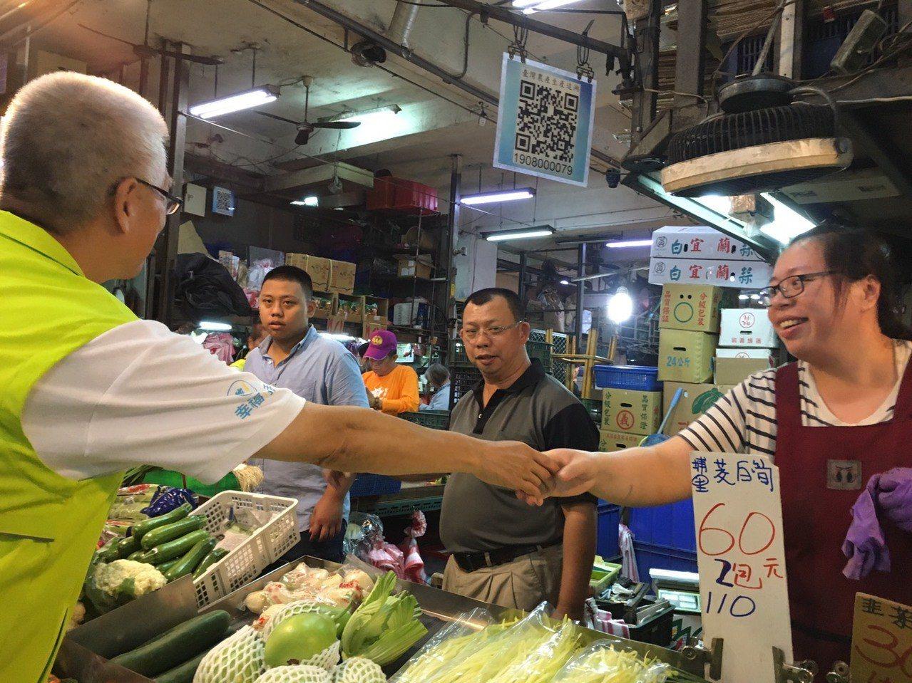 謝文進親自與攤商握手、拜票,懇請大家支持。記者郭宣彣/攝影